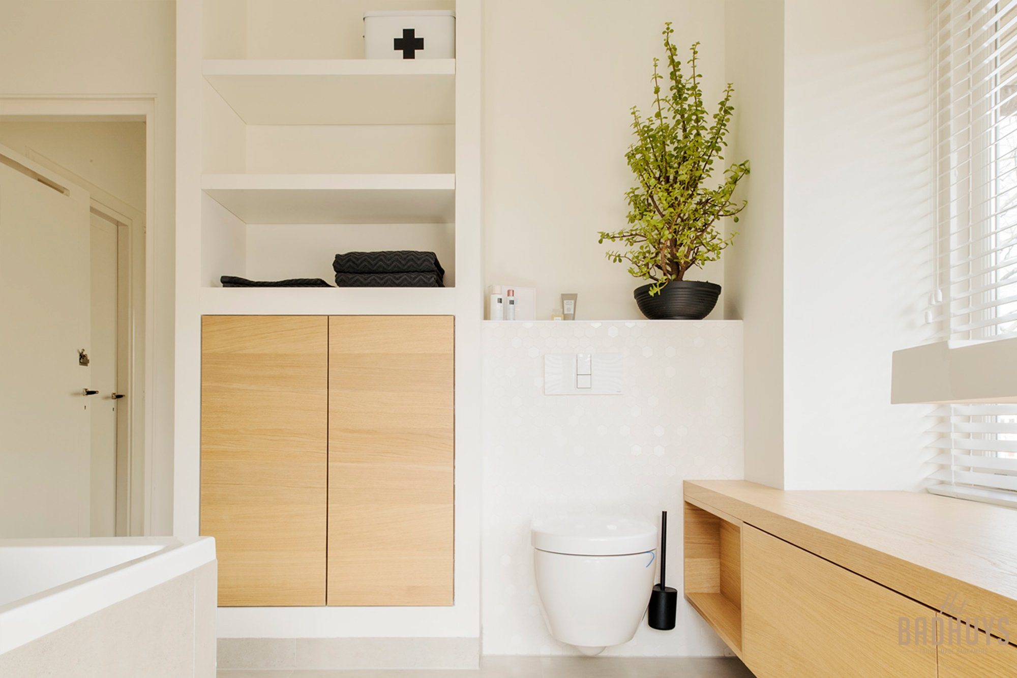 Kleine badkamer met hangend toilet om ruimte, ruimtelijk te laten ogen.