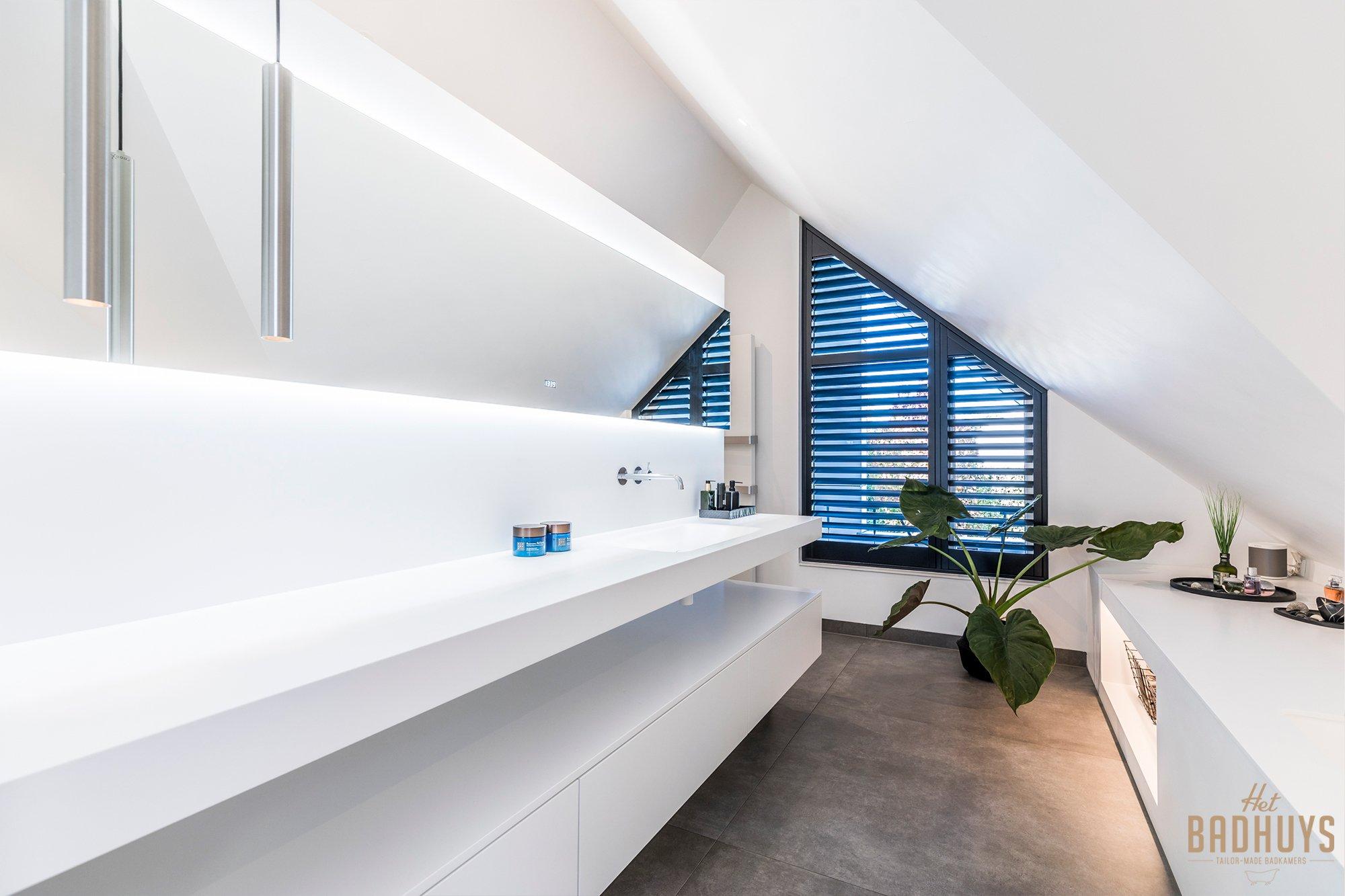 Strak moderne badkamer in wit, gerealiseerd door badkamerspecialist in Antwerpen: Het Badhuys.