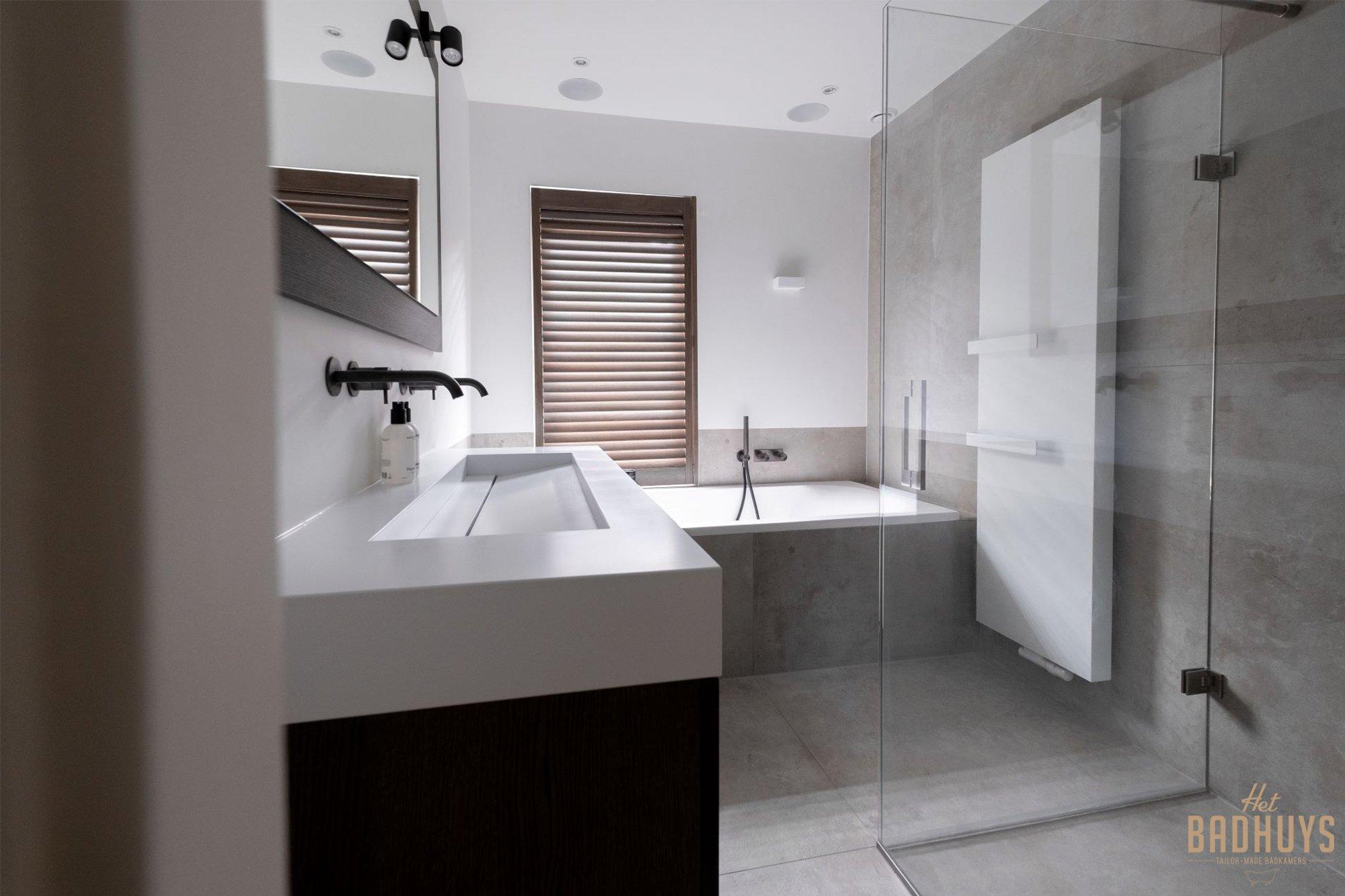 Maatwerk badkamermeubel in badkamer gerealiseerd door Het Badhuys in Breda.