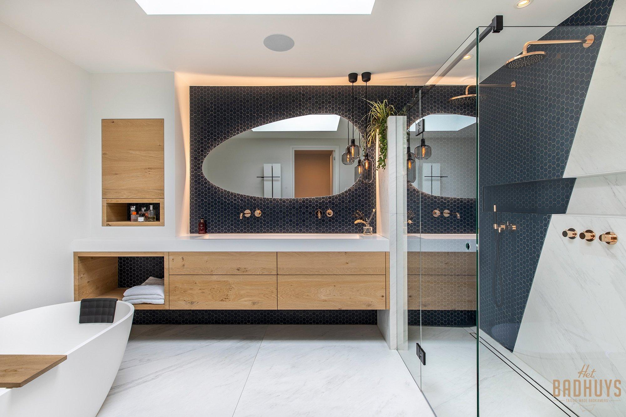 Luxe badkamermeubel in licht eiken gecombineerd met wit marmer en blauwe hexagoon.