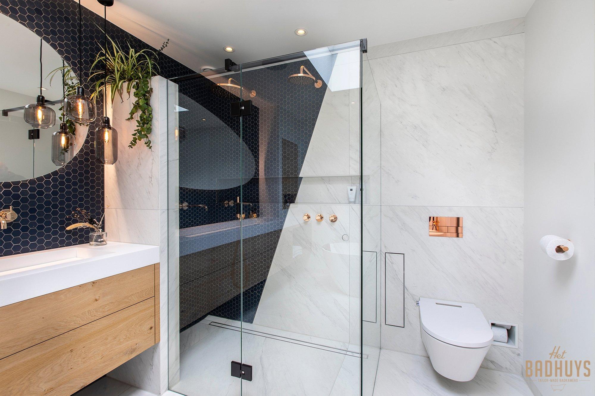 Doucheruimte van luxe badkamer met dubbele douchekop in koper.